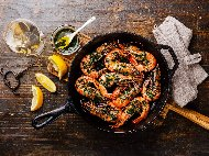 Рецепта Скариди соте с чесън, бяло вино и магданоз на тиган